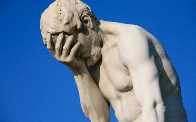 800px Paris Tuileries Garden Facepalm statue